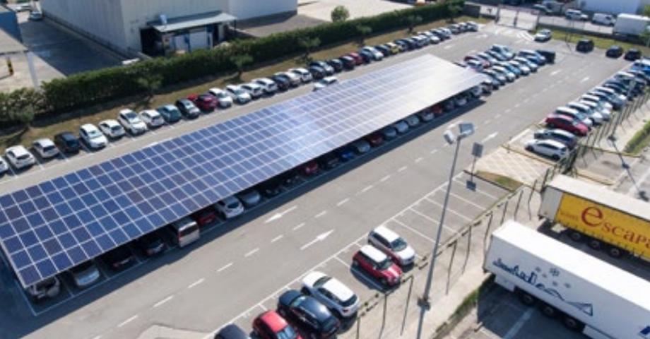 Marquesina solar fotovoltaica en aparcamiento parking sombra recarga de vehiculos eléctricos